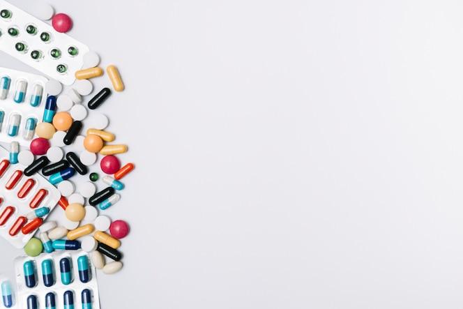 Montón de tabletas y píldoras