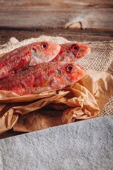 Un montón de deliciosos peces de salmonete crudos frescos