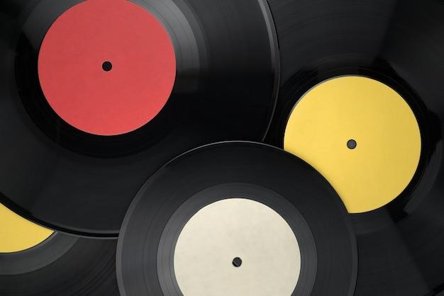 Montón de diferentes discos de vinilo con etiquetas en blanco. vista superior
