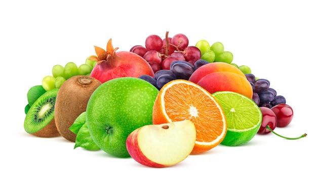Montón de diferentes frutas y bayas aisladas sobre fondo blanco