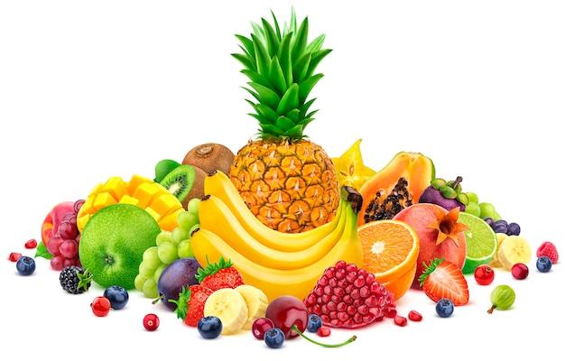 Montón de diferentes frutas tropicales enteras y en rodajas