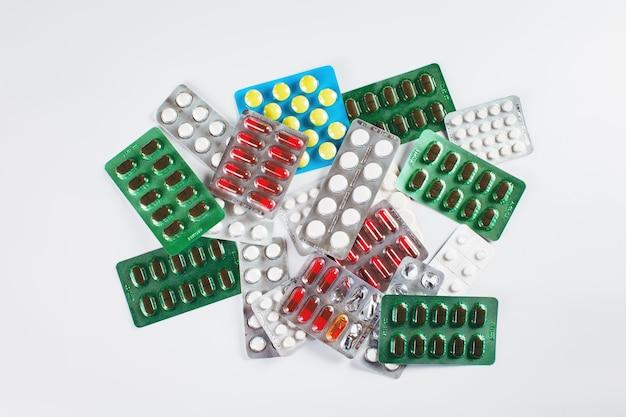 Montón de diferentes tipos de medicamentos.