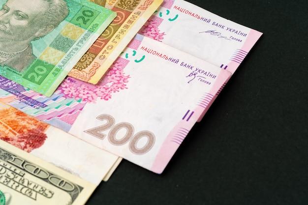 Montón de dinero de cerca, tres dólares estadounidenses, rublos rusos y hryvnias ucranianos