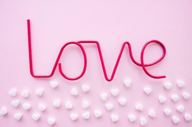 Un montón de dulces cerca de la escritura amor