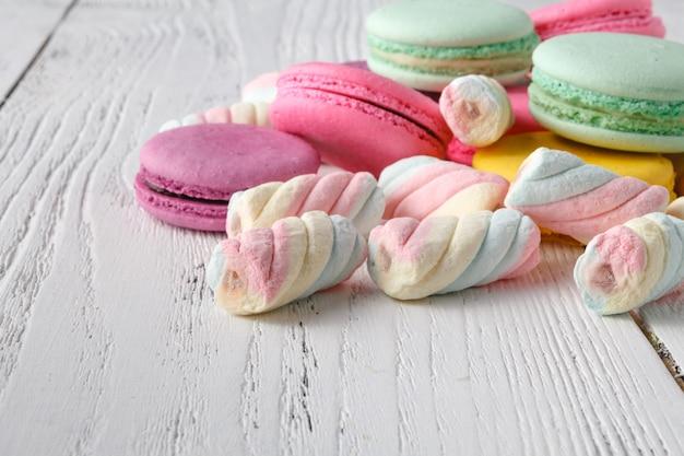 Montón de dulces en la esquina de la mesa