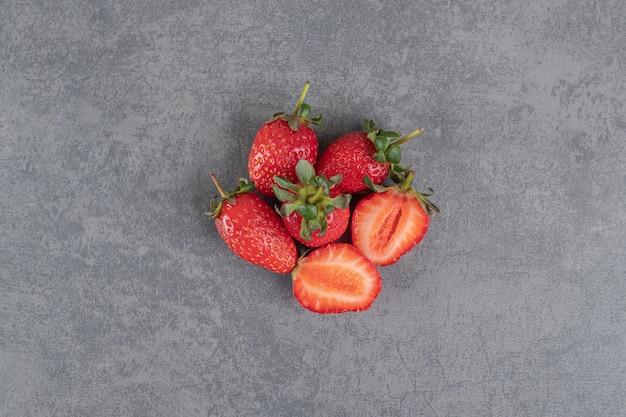 Montón de fresas rojas sobre fondo de mármol. foto de alta calidad