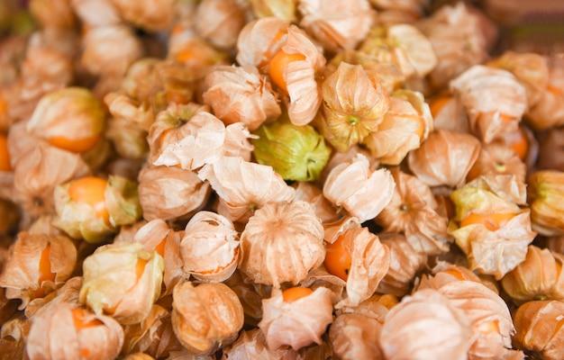 Montón de fruta de uchuva en venta en el mercado