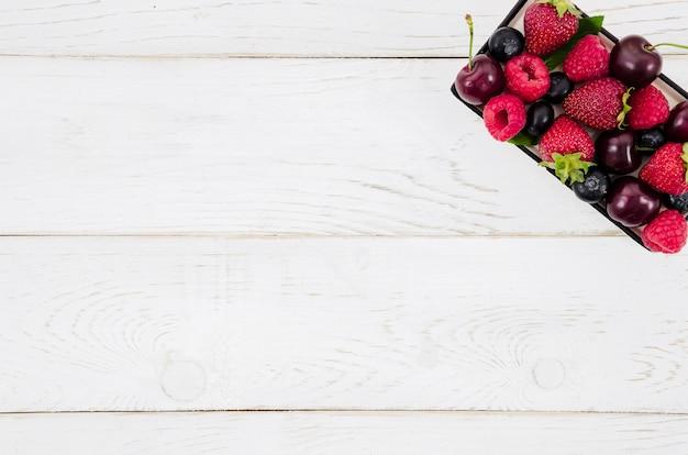 Montón de frutas en caja.
