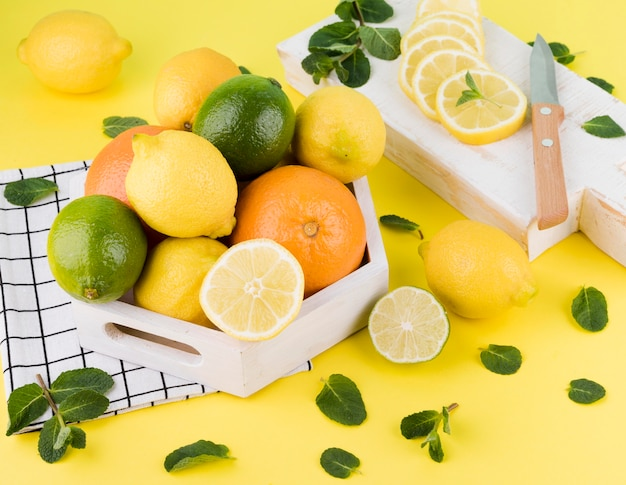 Montón de frutas orgánicas en la mesa