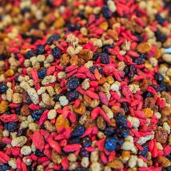 Montón de frutas secas de colores