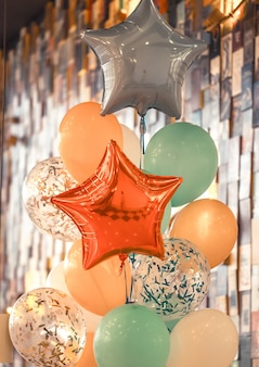 Un montón de globos de diferentes colores concepto de vacaciones