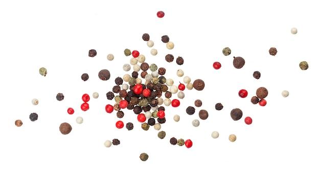 Montón de granos de pimienta negra, roja, blanca y pimienta de jamaica