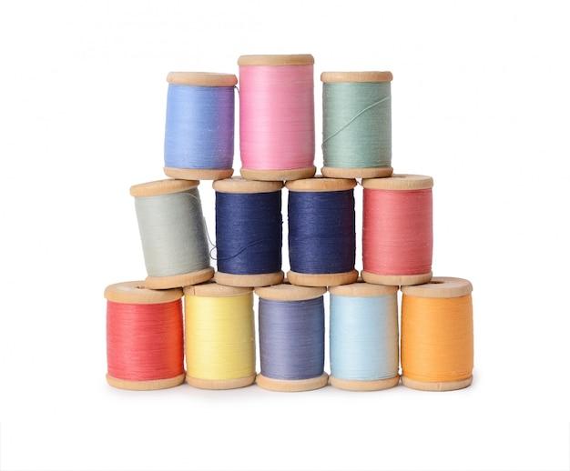 Un montón de hilos multicolores bobinas aisladas. atelier, accesorios de costura.