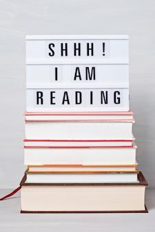 Montón de libros y caja de luz.