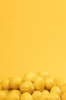 Montón de limones crudos con espacio de copia