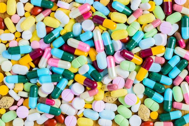 Un montón de medicamentos y pastillas de colores desde arriba