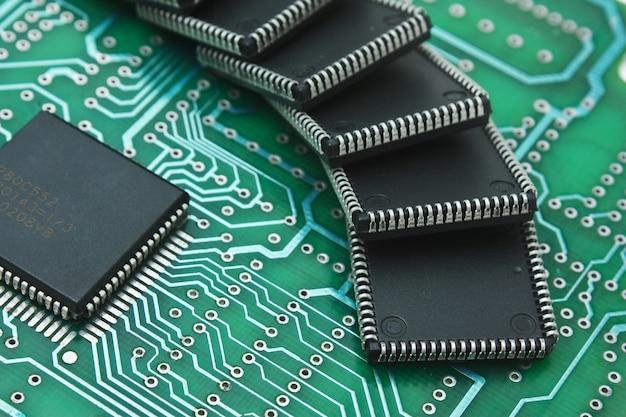 Montón de microchips en una placa de circuito impreso