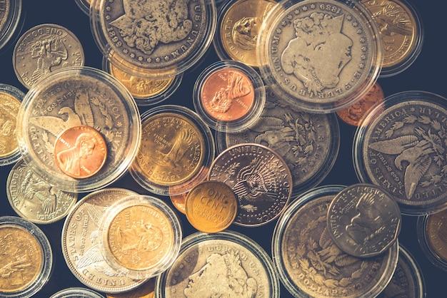 Un montón de monedas de colección