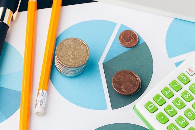Montón de monedas de dinero con papel cuadriculado en mesa de madera, concepto en cuenta, finanzas y crecimiento del negocio