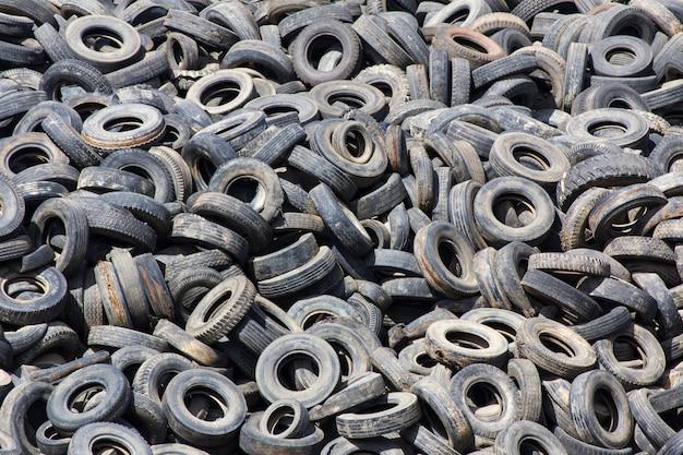Montón de neumáticos viejos