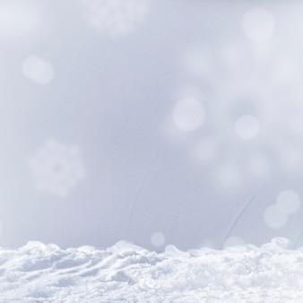 Montón de nieve y copos de nieve.
