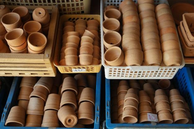 Un montón de olla de barro en tienda de artesanía