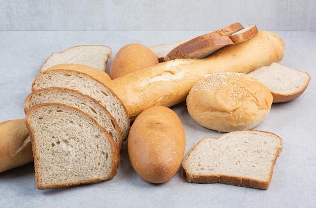 Montón de pan fresco sobre fondo de mármol. foto de alta calidad