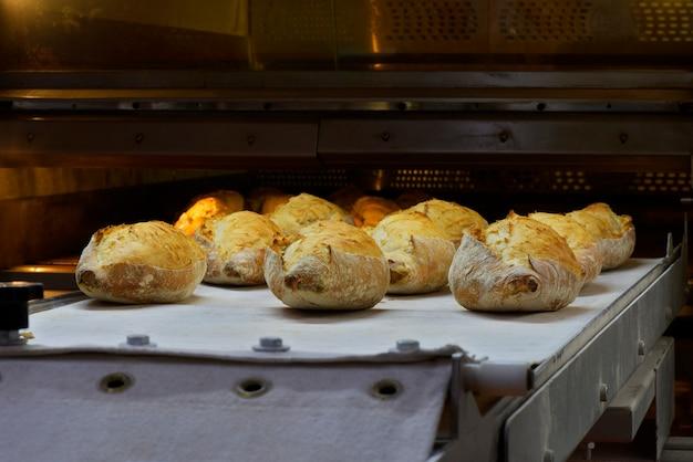 Un montón de pan saliendo del horno de panadería