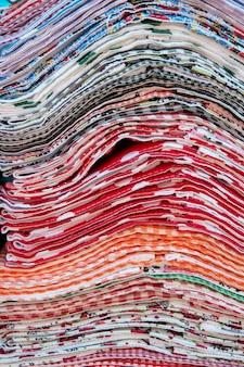 Montón de paño de cocina multicolor a la venta en el mercado al aire libre