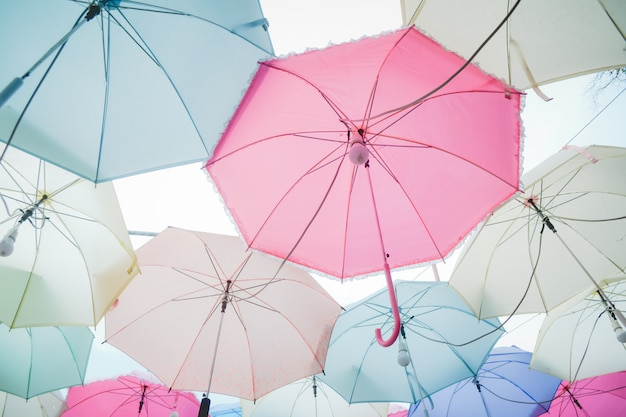Montón de paraguas pastel