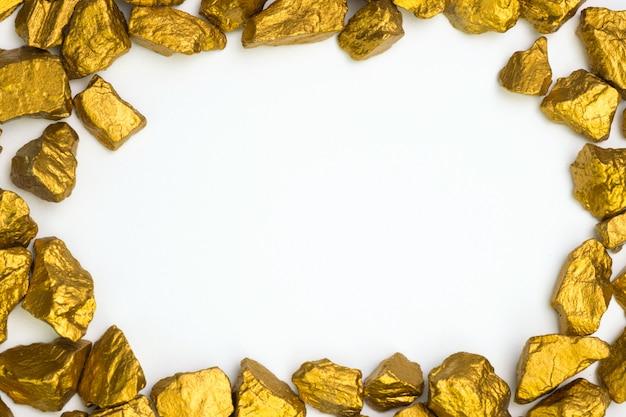 Un montón de pepitas de oro o mineral de oro en blanco