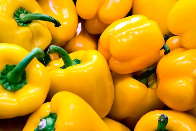 Montón de pimientos amarillos en una verdulería