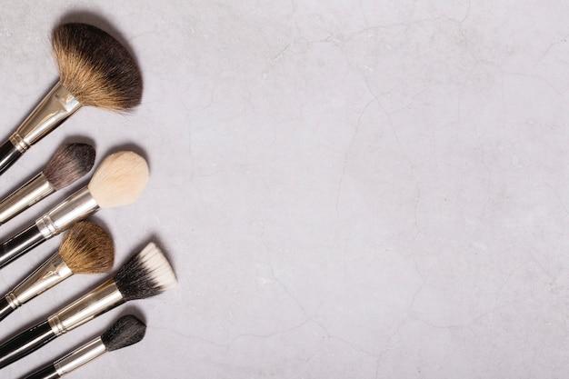 Un montón de pinceles de maquillaje