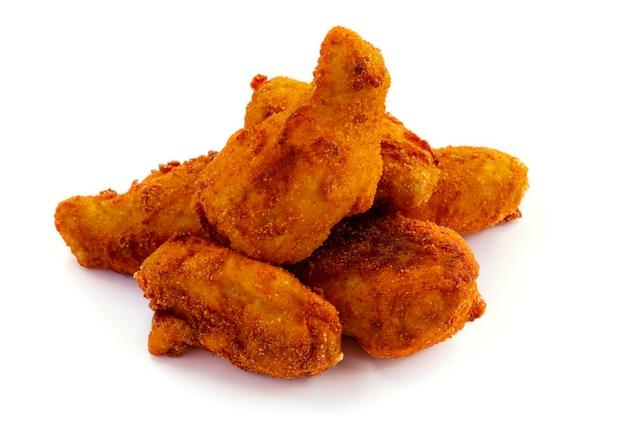 Montón de pollo frito aislado sobre fondo blanco.