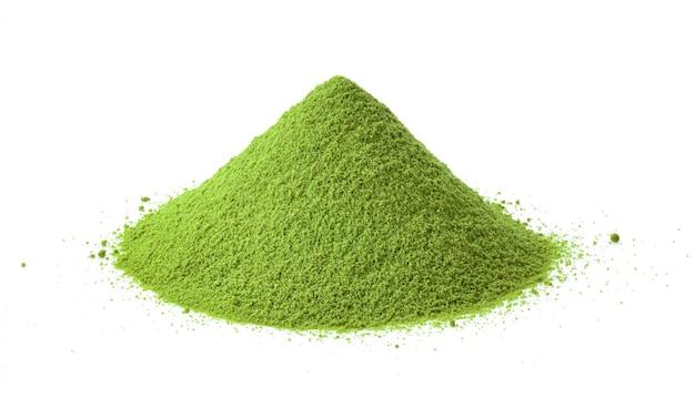 Montón de polvo verde sobre blanco