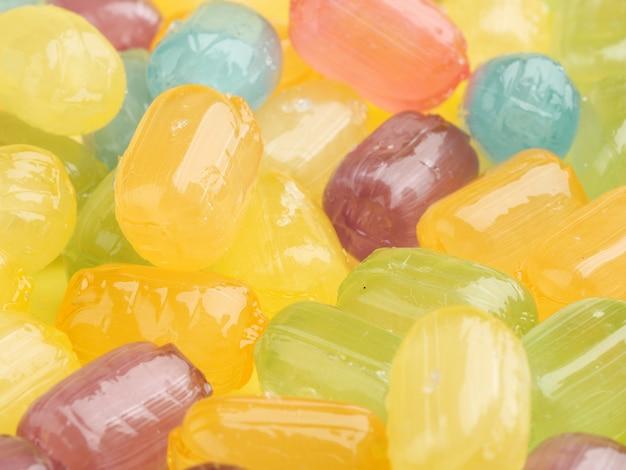 Un montón de primer plano de dulces de caramelo multicolor.