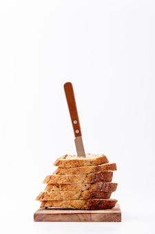 Montón de rebanadas de pan con cuchillo en la parte superior
