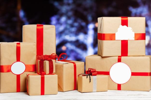 Montón de regalos en la mesa vieja
