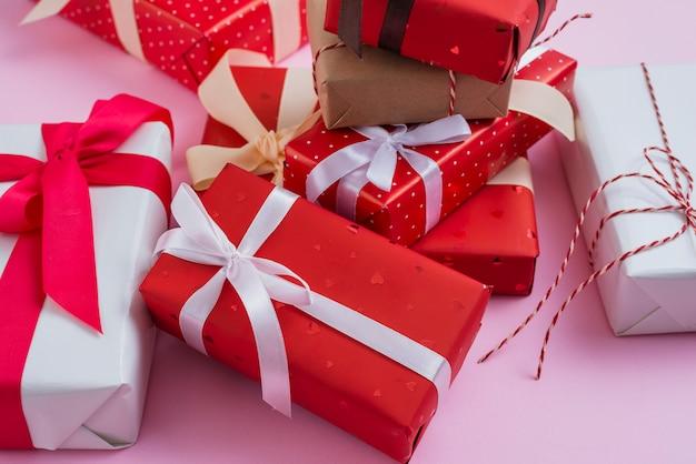 Montón de regalos de san valentín