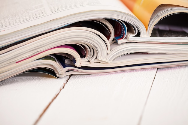 Montón de revistas coloridas sobre una mesa