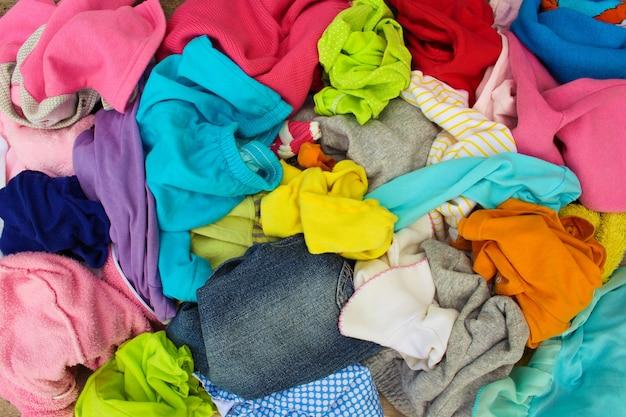 Montón de ropa descuidadamente esparcida.
