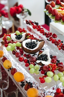 Un montón de sabrosas y hermosas frutas dulces en la mesa festiva