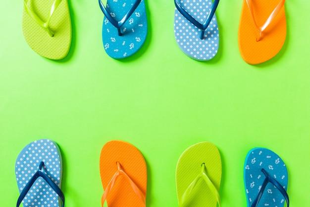 Un montón de sandalias de colores flip flop, vacaciones de verano en colores