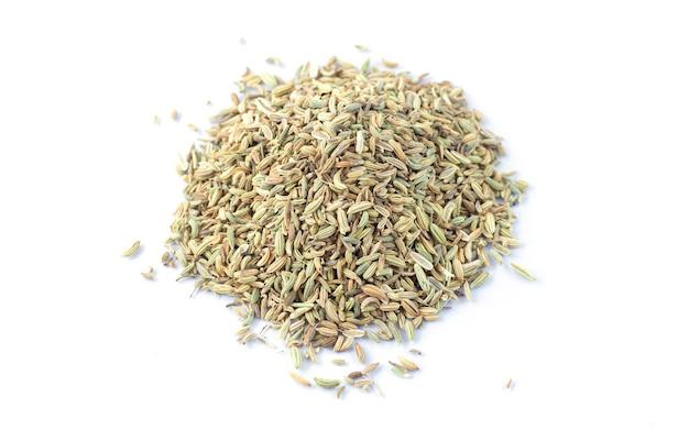 Montón de semillas de hinojo aislado sobre fondo blanco.