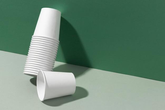 Montón de tazas apoyada en una pared.