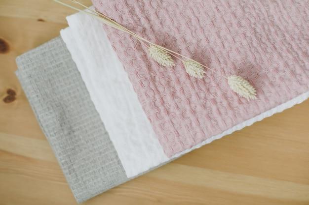 Montón de toallas de algodón de lino limpio en la mesa de la cocina