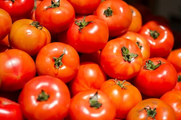 Montón de tomates frescos y deliciosos.