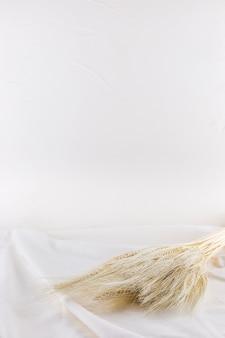 Montón de trigo en textil ligero.