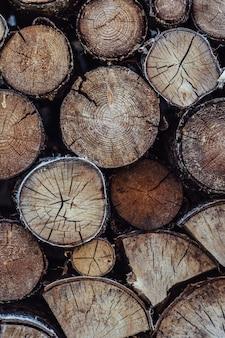 Un montón de troncos en el patio trasero en la soleada noche de verano con apariencia de película vintage