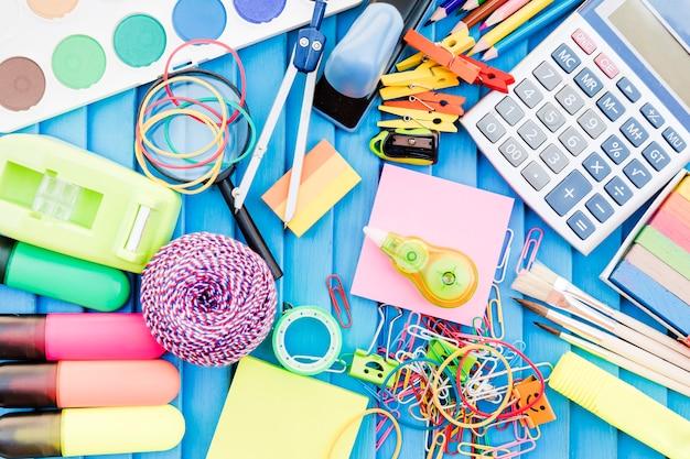 Montón de varias cosas de la escuela